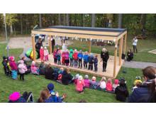 Bandklippning med barnen och förskolechefen vid Mariebergs förskola i Örebro