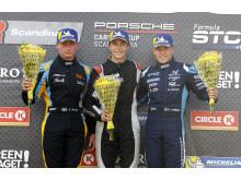 Prispallen i båda racen i Falkenberg, fr.v: Simon Ohlin (tvåa), Erik Heyerdahl (segrare) och Sebastian Persson (trea). Foto: Tony Welam.