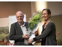 Rolf Löfgren får Artdatabankens naturvårdspris 2016 av Lena Sundin Rådström, chef för Artdatabanken, SLU.