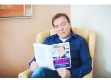 Christer Sjögren med sin bok Får jag lov att berätta - kramgoa minnen från Christers garage