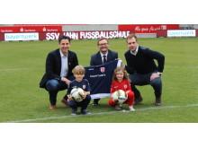 Eine Partnerschaft, von der fußballbegeisterte Kinder in ganz Ostbayern profitieren werden: Die Bayernwerk AG ist Hauptsponsor der Jahn Fußballschule.