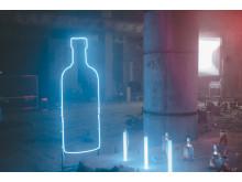 Die ikonische Flaschenform von Absolut als Leuchtinstallation am Set