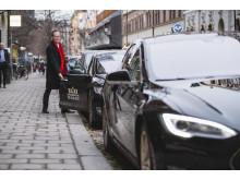 Daniel Helldén, trafikborgarråd i Stockholms stad. Taxi utan buller och utsläpp växer fram i Stockholm genom Nollzon där företag kan ansluta sig för elbilstaxi