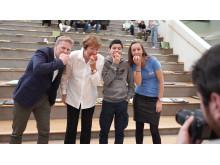 Rektor og elever ved Lindeberg skole er enige om at frukt på skolen er bra – løftet fra ordføreren om skolefrukt til alle ungdomsskoleelever ble tatt imot med jubel av Henriette Johansen fra Skolefrukt.
