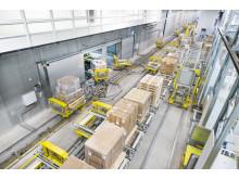 Systemets hovedpulsåre er det 450 m. lange skinnesystem, som sikrer hurtig transport af paller internt i hele distributionscenteret