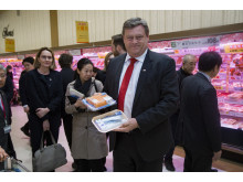 Fiskeriminister Harald T. Nesvik viser frem norsk sjømat på japansk supermarked