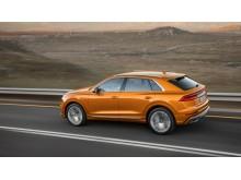 Audi Q8 (dragon orange) fra siden dynamisk