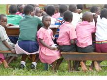 Många barn på Nankandula-skolan går med tomma magar hela dagen och då är det inte lätt att lära sig något. Därför går årets insamling till att skolan själv ska kunna börja odla mat på den egna marken med hjälp av lokala bönder.