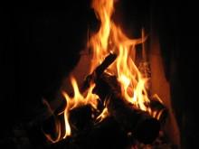 Farlig å brenne drikkekartonger i peisen