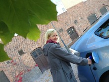Studenten Johanna Johansson laddar sin bil med el.