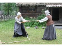 Dragkamp utanför bergsmansgården på Vallby Friluftsmuseum