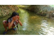 Bisheshtas syster tvättar sig i floden