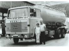 Christine Kissel-Kästner mit Vater Theo Kissel vor dem ersten V8 der Spedition 1969, einem 140er