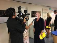 Camilla intervjuas av tv-team