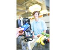 Kontaktloses Bezahlen mit Visa im Supermarkt