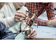 Vitensenterforeningen og Lær Kidsa Koding får kr 19,95 mill. fra Sparebankstiftelsen DNB for å implementere klassesett egnet for programmeringsforståelse ved landets grunnskoler.