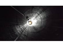 150402 Reparbetare inspekterar betong och stål