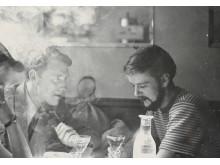 Roar Wold og Lars Tiller på kafé i Paris, 1951