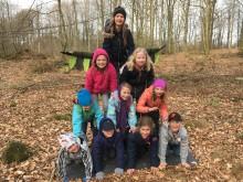 Tio tvåor från Ängsdala skolor fixar balansen på Naturcirkus.