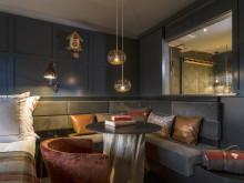 Soffa i gästrum på HUUS Hotel, Gstaad, designat av Stylt Trampoli