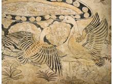 Gravmålning med blommor och fåglar