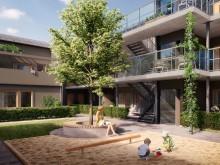 Brf Elins Trädgårdar - 3D-bild av innergård, hiss, trappor och loftgång.