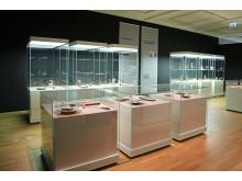 """Blick in die Ausstellung """"Finnisches Design - Glas und Silber"""" von Tapio Wirkkala"""