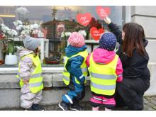 Det finns mycket att upptäcka i ett skyltfönster, tycker barnen från avdelningen Nattugglan på Östlyckans förskola i Alingsås.