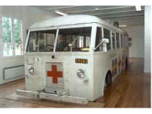 En hvid bus fra Frøslevlejrens Museum