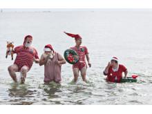 Julemandsfamilie bader ved Bellevue