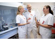Forskarteamet diskuterar NETS. Från vänster läkare Charlotte Thålin, professor Håkan Wallén och överläkare Viktoria Hjalmar