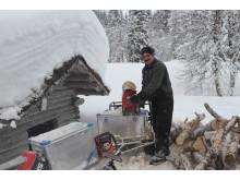 Forbereder fyringsved på Granneset Fjellgård.