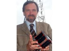 Foto: Prof. Dr. rer. nat. Klaus Schilling mit erstem deutschen Pico-Satelliten. Prof. Klaus Schilling leitet den Lehrstuhl für Robotik und Telematik an der Julius-Maximilians-Universität Würzburg. Er forscht u.a. an Kleinstsatellitensystemen.