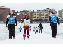 Fjärdeklassare i Stockholm åker skidor på Gärdet genom Alla på snö