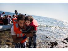 Pappa och son anläder till Lesbos