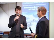Seminarleiter Thomas P. Illes im Gespräch mit Kapitän Niklas Nordlund