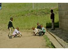 På besök i en skola i Lesotho