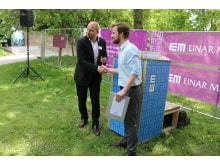 Per Jutner VD för Einar Mattsson Projekt AB och Mikael T Eriksson (M) vid första gjutningen i Rissne