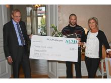 Bo Källstrand delar ut prischeck till Jonas Boström vinnare av SKAPA-utvecklingssstipendium Västernorrland 2014. Längst till höger Eva Högdahl, VD Almi Företagspartner Mitt AB