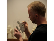 Billedkunstner Håkon Anton Fagerås i arbeid med utkast til myntmotivet.