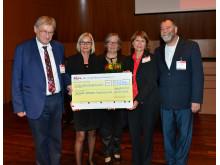 Monika Kaus, 1. Vorsitzende der DAlzG, (2. v. links), freut sich über die großzügige Spende des Deutschen Bridge-Verbands