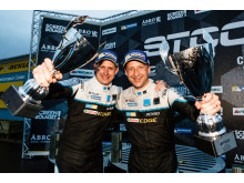 Teamkamrater hos Polestar Cyan Racing – titelrivaler på banan.