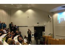 Prosjektingeniør Jan-Erik Aga fra Norconsult gratulerer rektor ved UiT Anne Husebekk