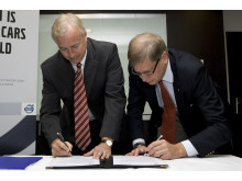 Volvo Cars' President and CEO Fredrik Arp and the Swedish Road Administration's Director General Ingemar Skogö signing declaration of intent.