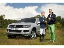 Rolf Göran Bengtsson tar emot nycklarna till sin Touareg V6 TDI BlueMotion Technology