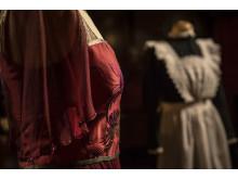 Klänningar burna av lady Cora, grevinna av Grantham, och en kammarjungfru