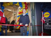 Butikschef, Anders Földes Wessel klippede det røde bånd og åbnede officielt for Lidl-butik nr. 116 i Danmark.
