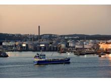 Bunkerfartyg på väg in mot Skarvikshamnen, Energihamnen i Göteborg