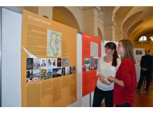 Besucherinnen an der Informationstafel zum Leipziger Notenrad und dem Leipziger Notenbogen