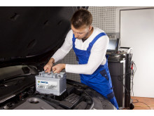 Mechanic with VARTA Silver Dynamic AGM battery